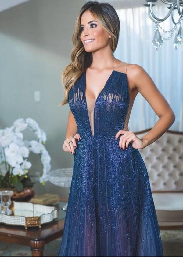 vestido de festa azul longo com transparência e brilho