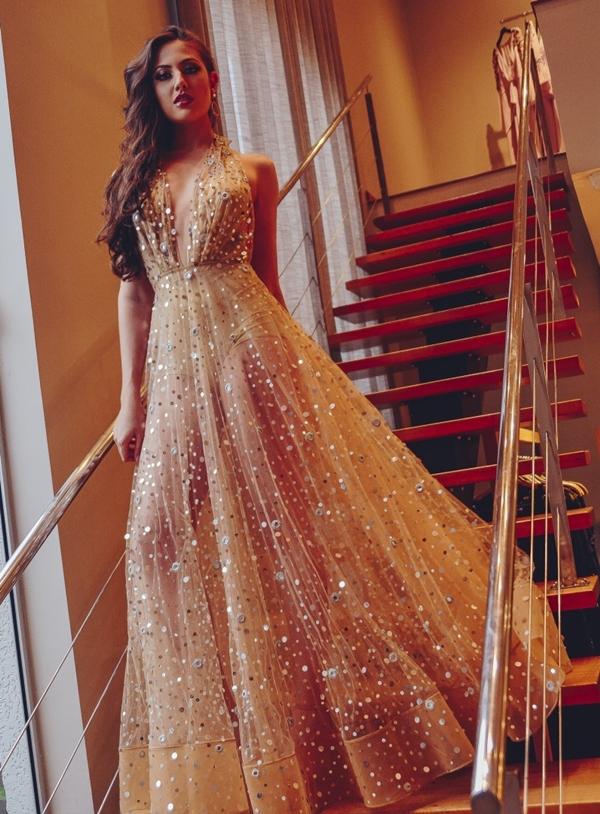 vestido dourado com transparência na perna e hot pants
