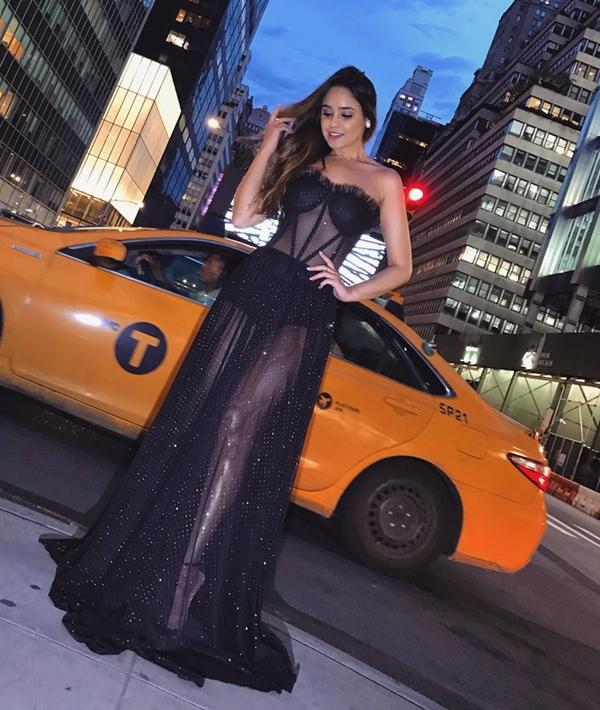 vestido longo preto com transparência e parte superior estilo corpete