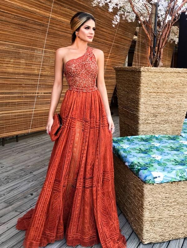 Thassia Naves vestido de festa caramelo de um ombro só