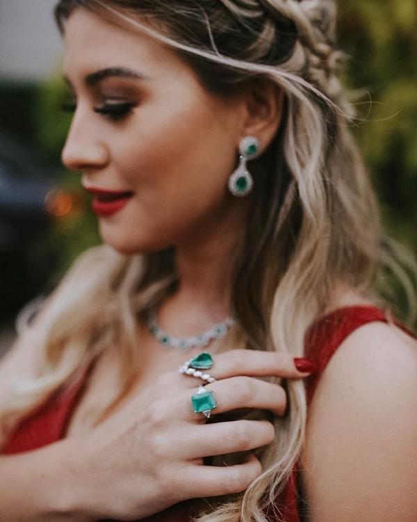 vestido de festa marsala com acessórios na cor verde