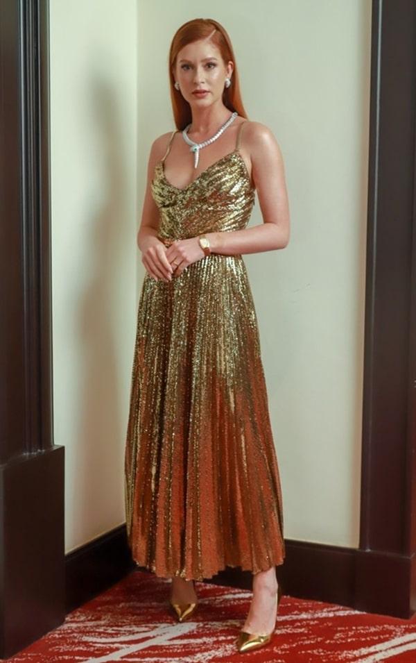 Marina Rui Barbosa vestido de festa midi plissado dourado