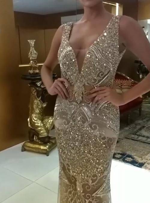 vestido longo com brilho dourado