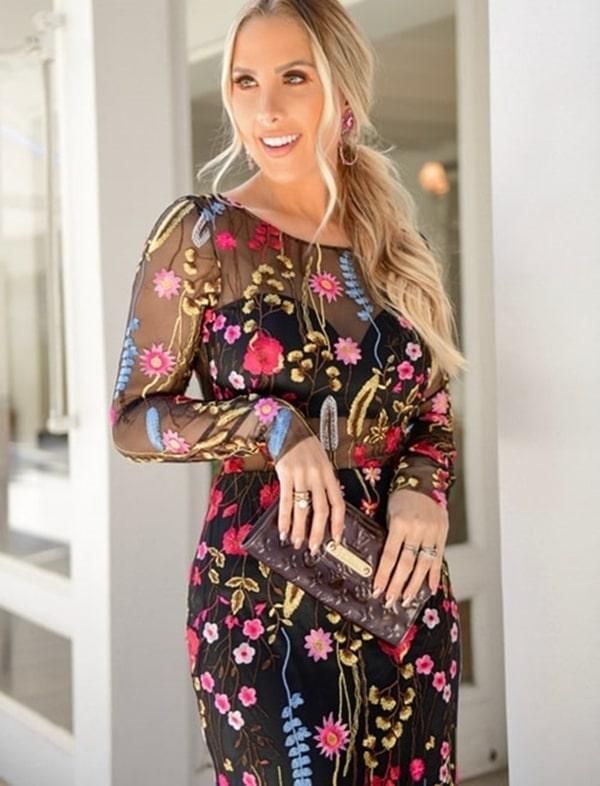 vestido de festa preto com manga longa e tule bordado floral colorido