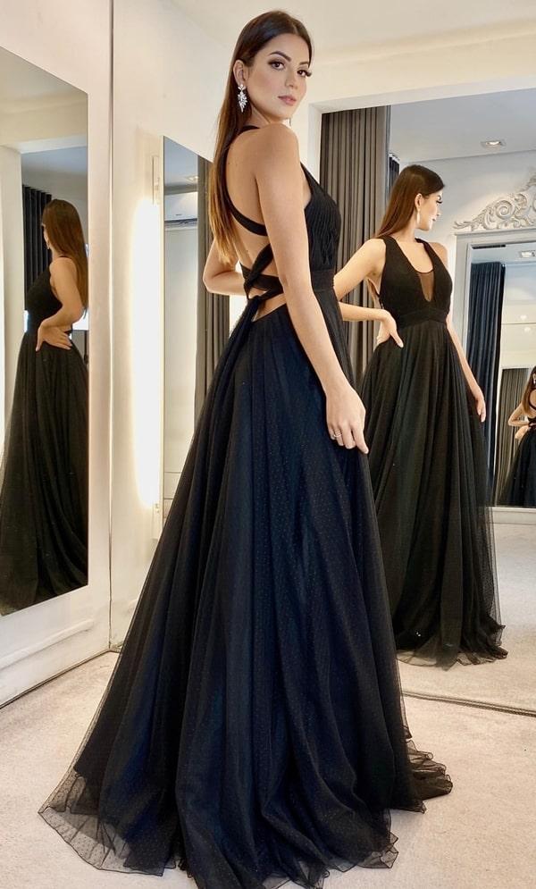 vestido de festa longo preto de tule de poás com decote nas costas