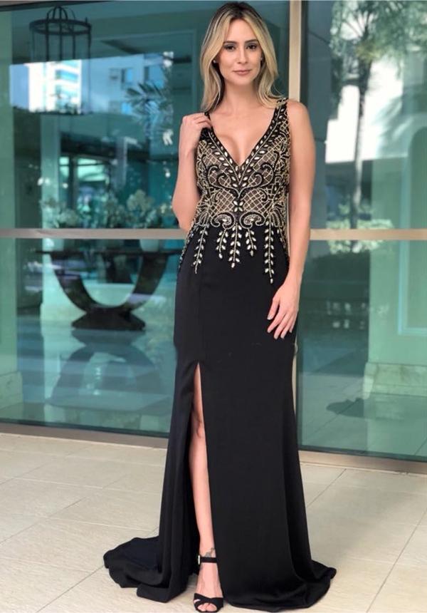 vestido de festa preto longo com bordado dourado