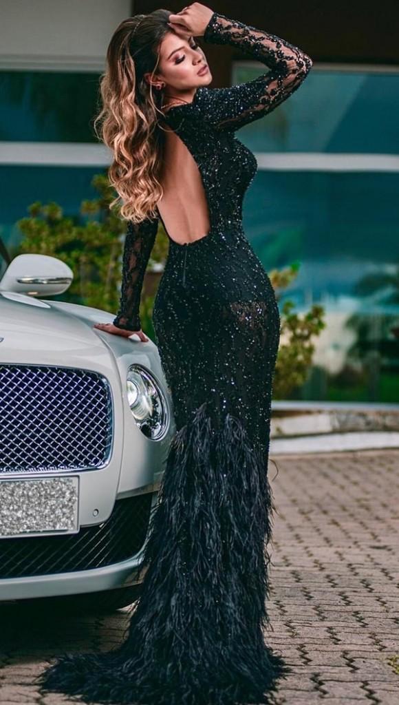 vestido de festa longo preto com mangas longas e decote nas costas
