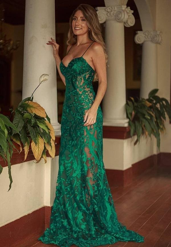 vestido de festa longo verde de renda com transparência na lateral