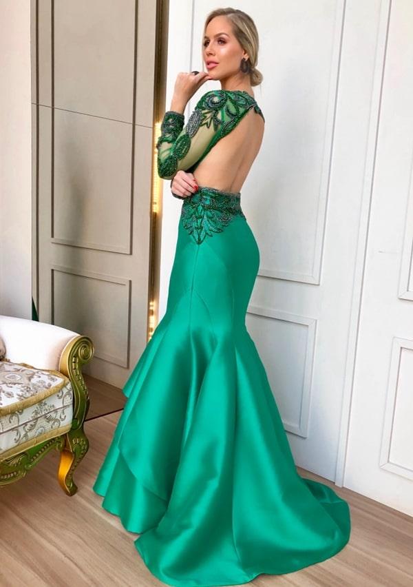 Vestido de festa verde com decote nas costas e manga longa