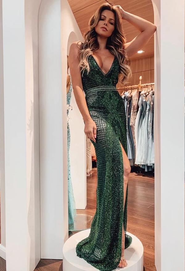 vestido longo verde esmeralda bordado para formandas