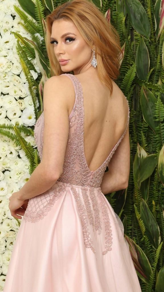 vestido de festa rosa estilo princesa saia ampla e fenda