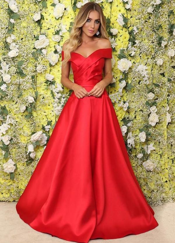 vestido longo vermelho estilo princesa com decote ombro e saia ampla