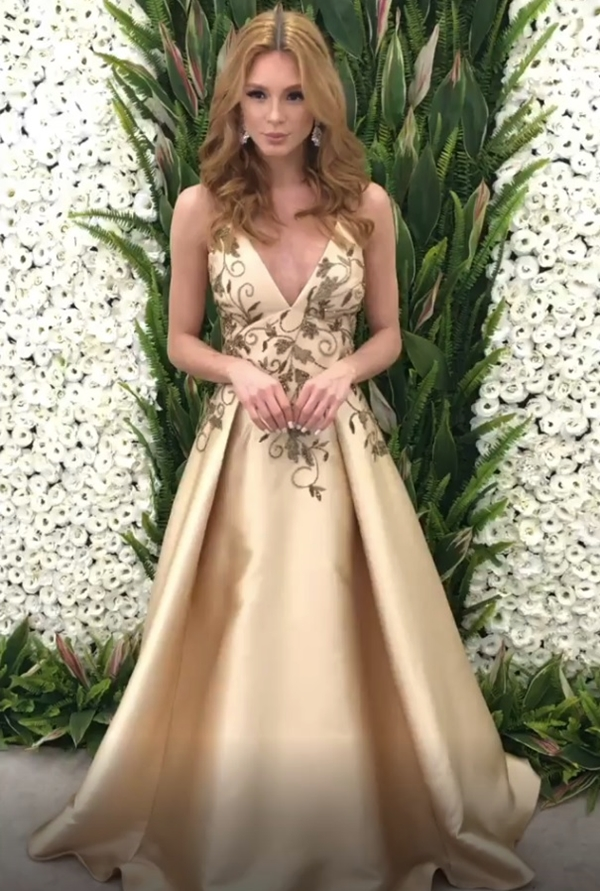vestido dourado longo estilo princesa