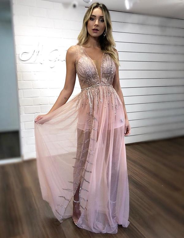 vestido longo rosa claro com transparência na saia e hot pants
