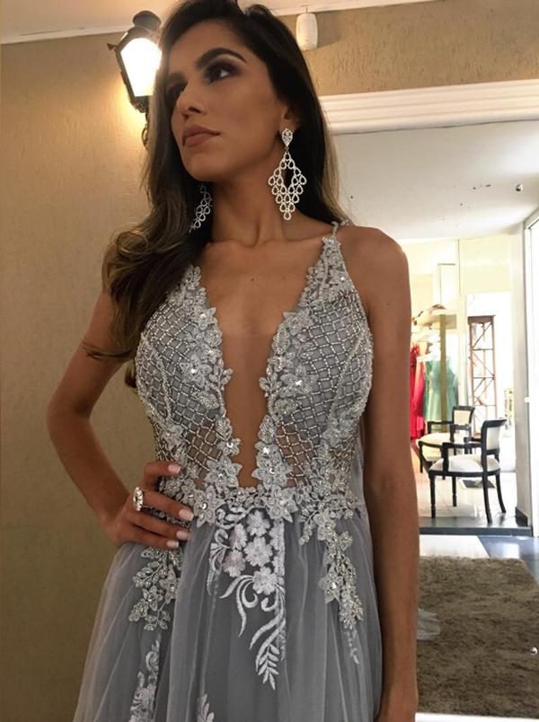 vestido de festa cinza estilo princesa com decote profundo