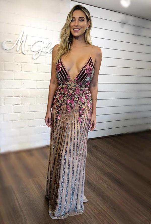 vestido longo bordado em tons de rose, rosa e marsala