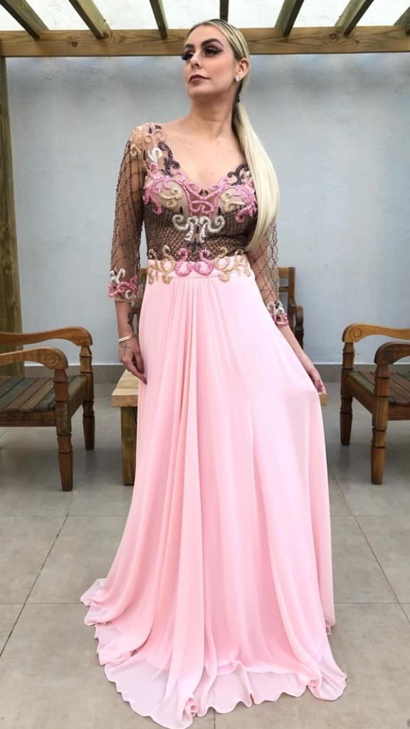 vestido de festa rosa com manga longa