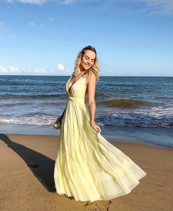 vestido longo amarelo para madrinha de casamento na praia