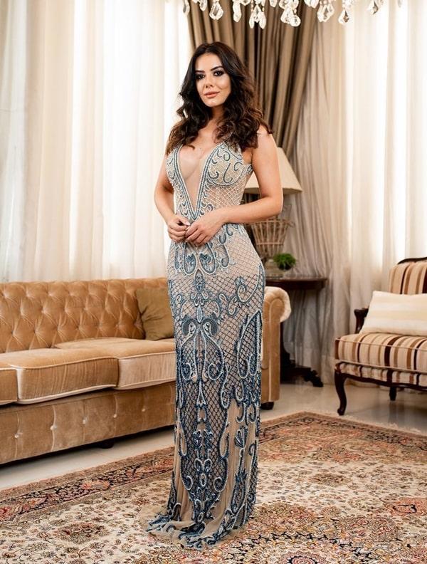 vestido longo bordado com decote profundo