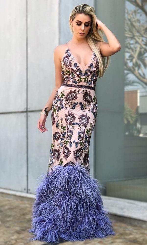 vestido longo com plumas