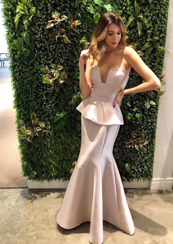 vestido longo rose de alfaiataria com decote tomara que caia e peplum