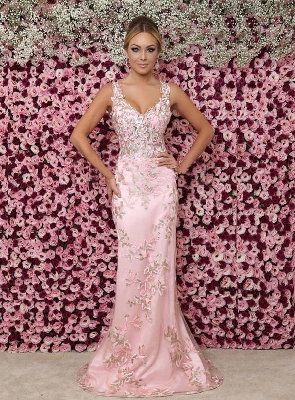 vestido longo rosa claro com bordado floral
