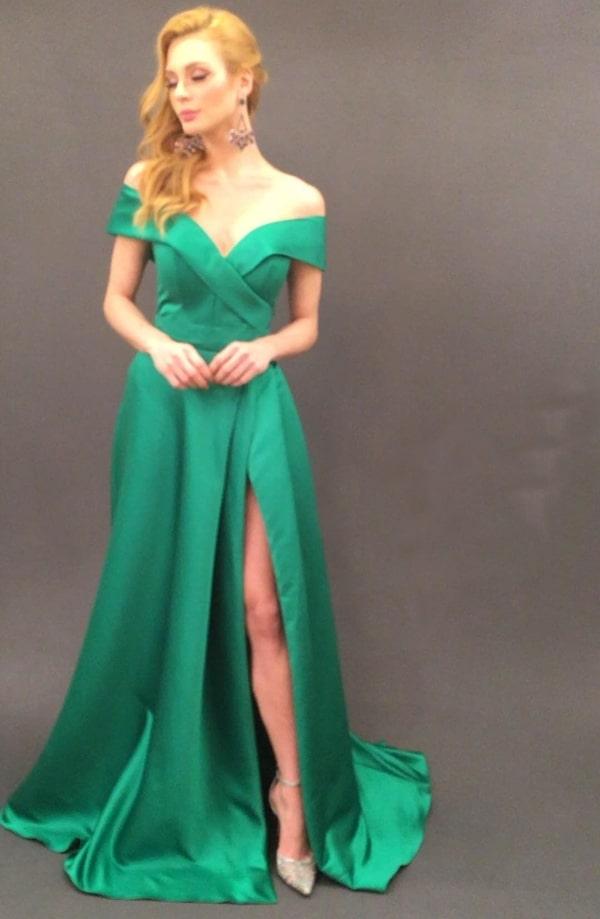 vestido de festa longo verde com fenda e decote ombro