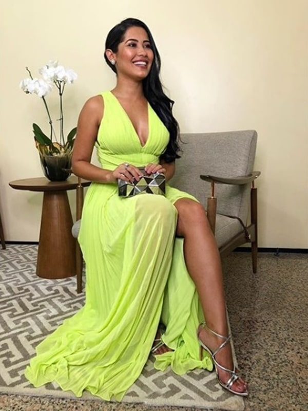 Thaynara OG  de vestido de festa neon