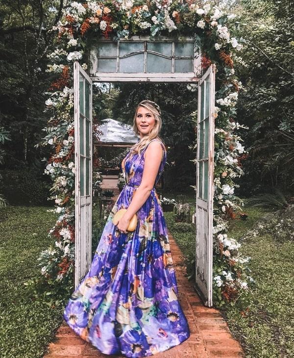 35 vestidos lavanda para madrinhas de casamento. Na foto Niina Secrets de vestido longo estilo princesa estampado