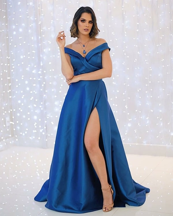 vestido de festa longo azul com fenda e decote princesa