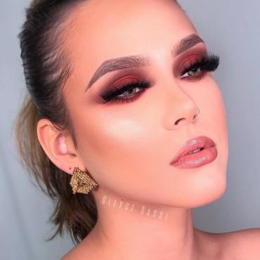 maquiagem com sombra rosa e batom gloss