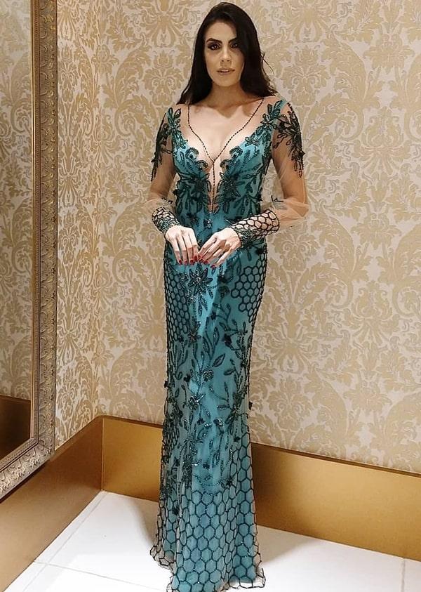 vestido de festa verde com manga longa