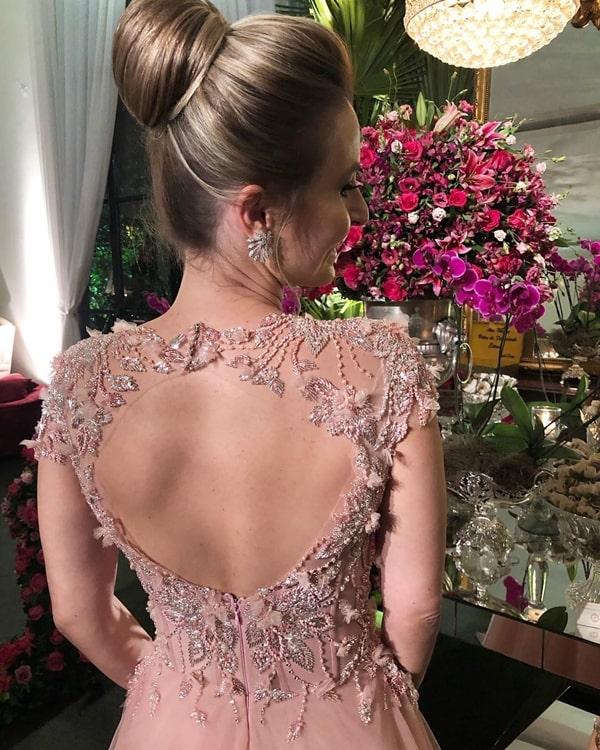 vestido rosa com decote nas costas bordado