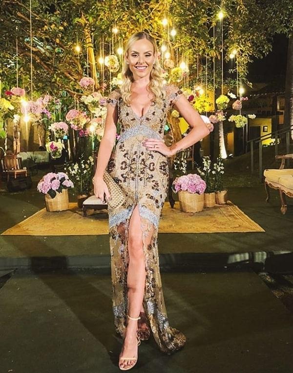 Layla Monteiro  vestido de festa longo dourado com transparência nas pernas