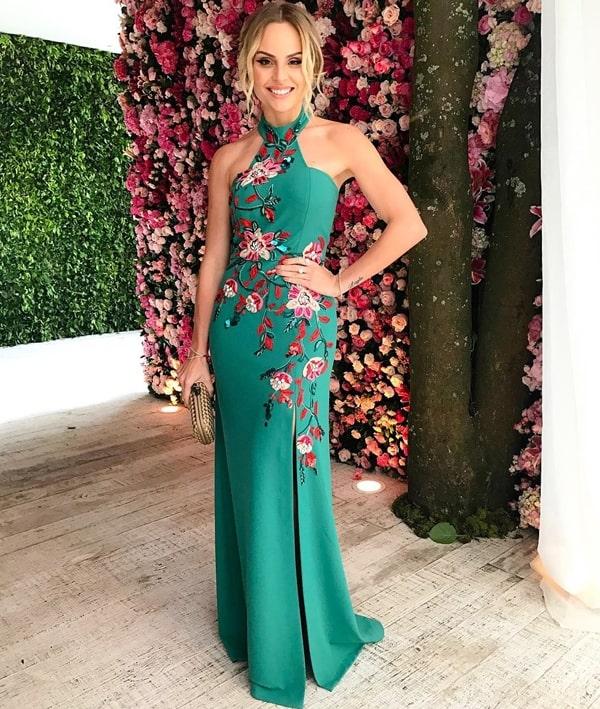 Layla Monteiro  vestido longo verde com bordado floral