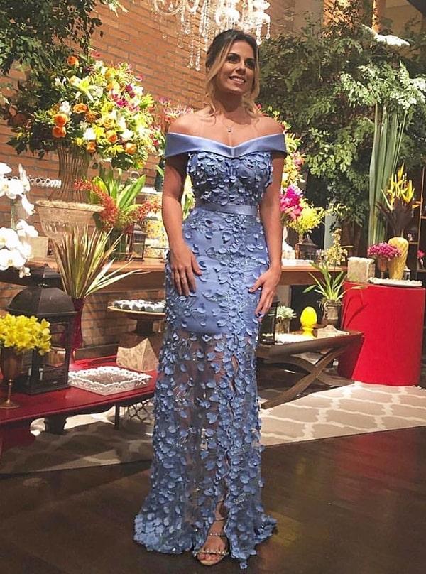 vestido de festa longo azul claro com bordado floral 3D e transparência nas pernas