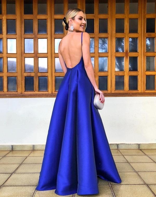 Layla Monteiro  vestido azul royal estilo princesa com decote nas costas
