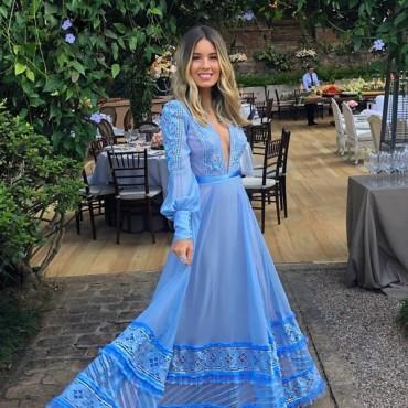 vestido longo azul claro com manga longa madrinha