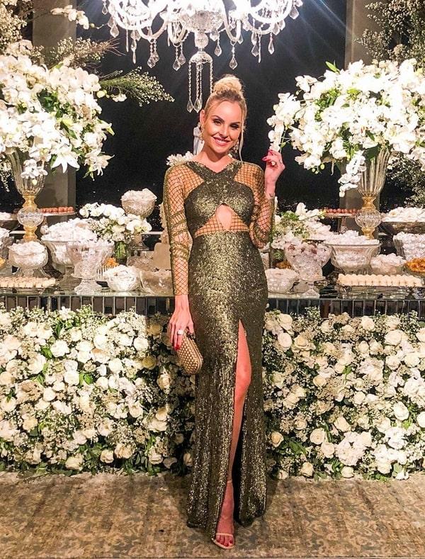 Layla Monteiro vestido de festa longo verde de manga longa bordado em paetês
