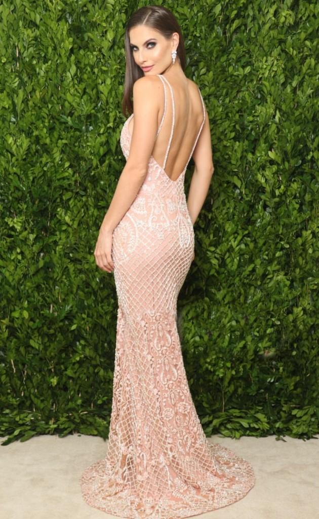 vestido longo rosa bordado com decote nas costas
