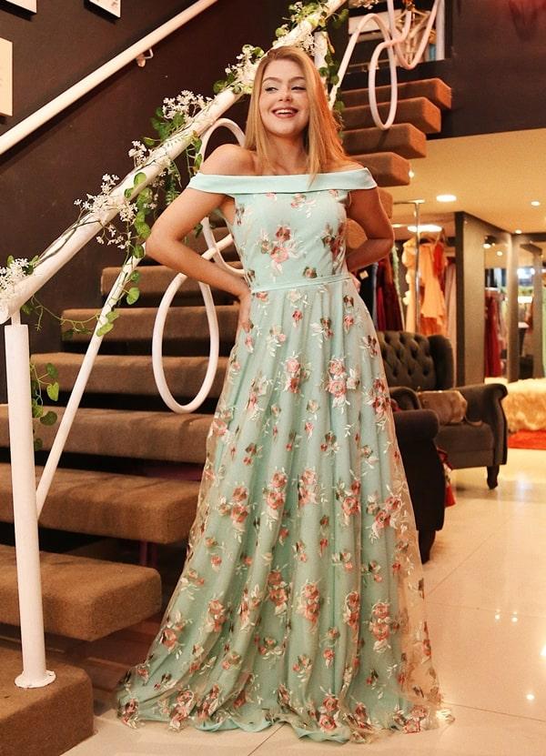 vestido de festa verde claro com aplicação de bordado floral