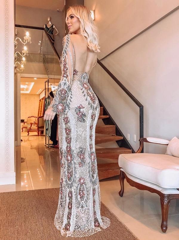 vestido de festa com manga longa bordado e decote nas costas