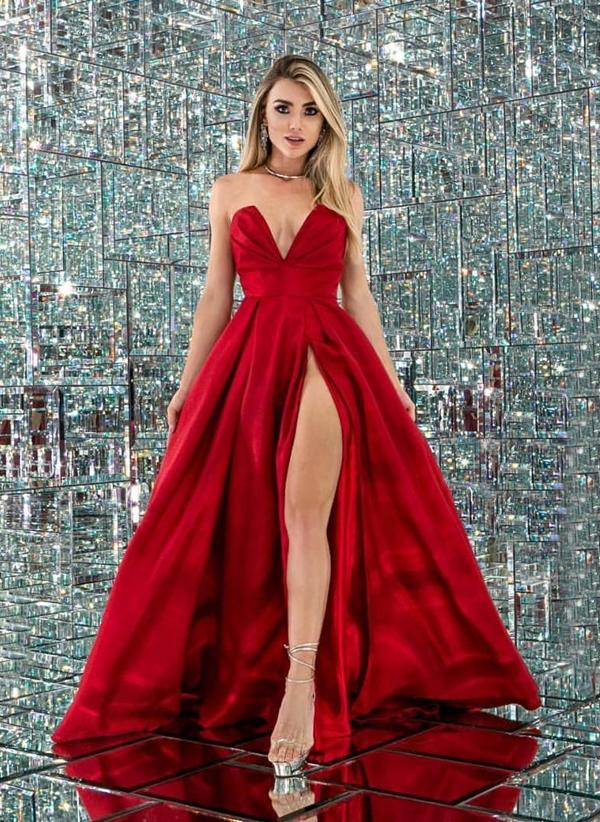 Vestido vermelho estilo princesa com fenda