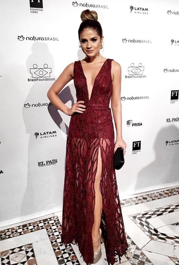 Thassia Naves vestido de festa marsala com transparência nas pernas.