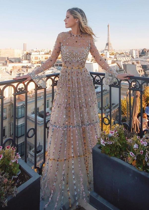 a4c7340c7 02- De vestido rosa claro com brilho.Ótima inspiração já que vestidos com  brilho é uma tendência para madrinhas de casamentos à noite.