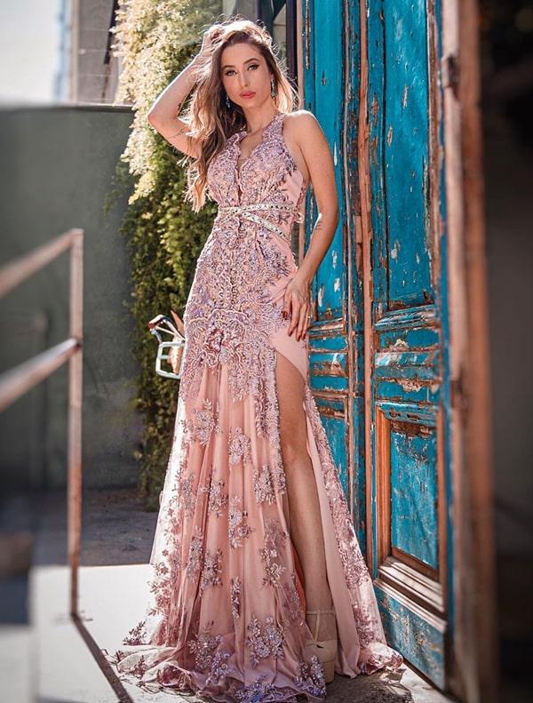 Vestido rosa bordado: 20 longos luxuosos para debutantes, madrinhas e formandas