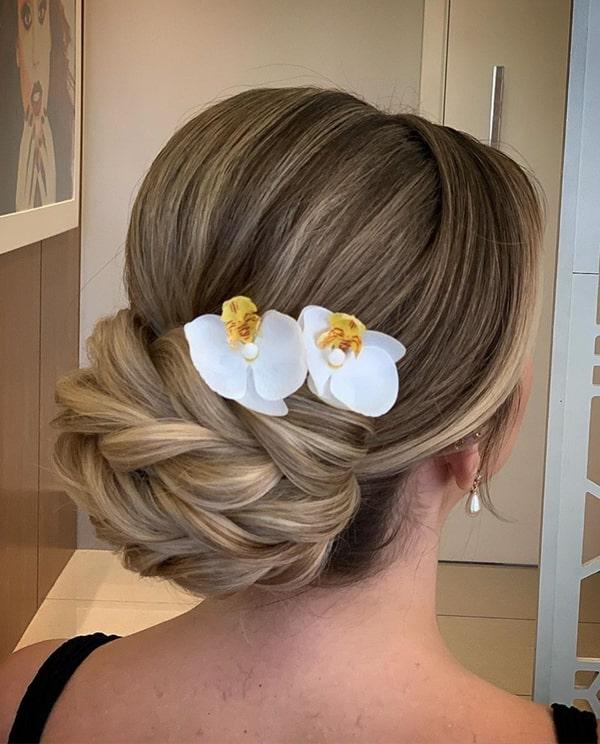 penteado de festa coque com flores
