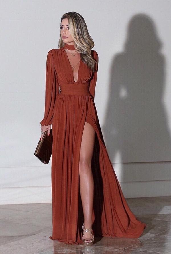 vestido longo em tom terroso