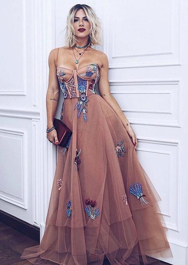 Giovanna Ewbank de vestido de festa Fabiana Milazzo com saua em tule e corpete estruturado