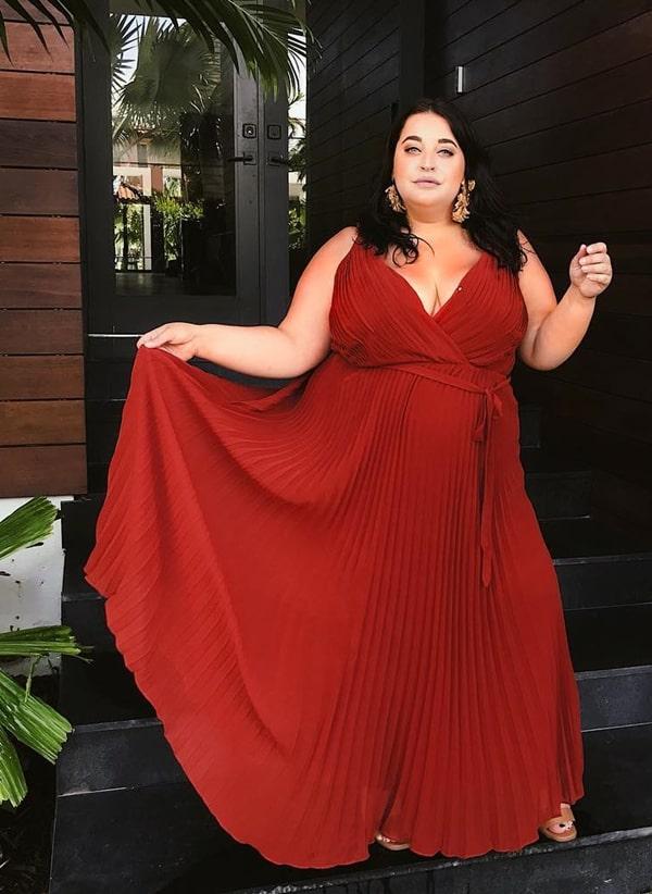 vestido plus size longo em tom terroso para casamento